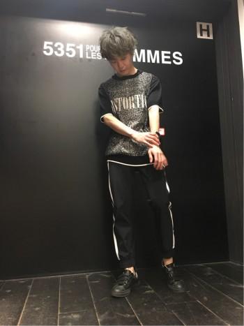半袖ニット×ジョガーパンツスタイル
