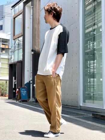 夏らしく軽さとモノトーン感のあるデザインで履きやすさがあります。