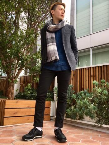 差別化が図れるニット素材のジャケットです! 軽く伸び感もありとても着やすいです。 紳士なイメージになるのでシーンごとの使いやすさも兼ねてます!