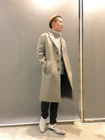 シンプルかつしっかりコシのあるコートです。形を保ちつつなびくような表情も持ち合わせております。ビジネスシーンでも使える万能コートです。