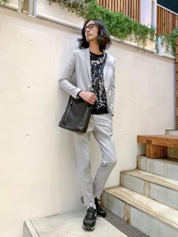 キャリーマン社の生地を使用した人気のセットアップスラックス。 ジャケット同様スリムなシルエットで革靴、スニーカー問わずマッチする万能なアイテムです。