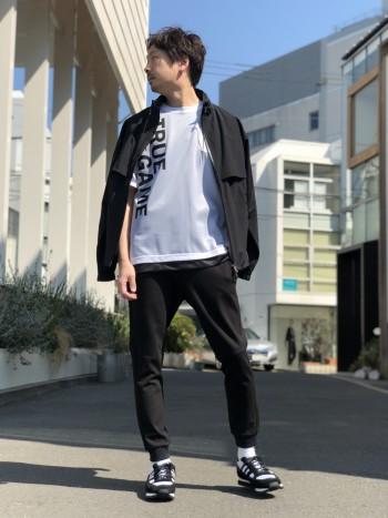 着用しているのはブラックです。ストレッチ感がありノンストレスでカジュアルに着こなせます。