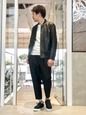 軽さのある春ニット。大人カジュアルでのコーデに使いやすい。7分袖で比較的シャープなデザイン