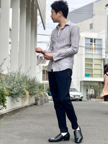 着用しているのはライトグレー。 軽さがあり1枚着でもインナーでも使えるアイテム。