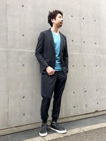 Vネックデザインがジャケットスタイルに非常に相性がいいです。 長袖から半袖へのシフトに最適。