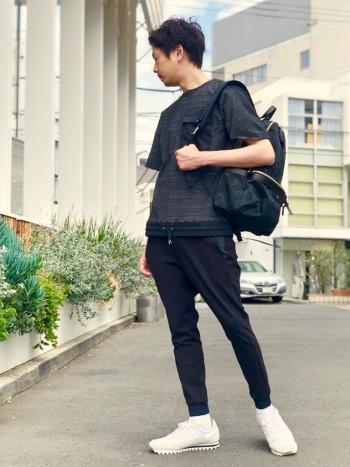 着用しているのはブラック。非常にストレッチが効いていて、着用ストレスがなく、リブなので、スニーカーとの相性はばっちり。