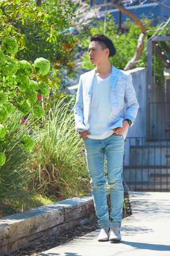 履きやすさ、ストレッチ感、どれをとっても履き心地はピカイチです。今回履いているライトブルーの新色は季節感があり、取り入れるだけで軽さをプラスしてくれます。