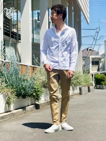 ナチュラルに着やすい涼しい長袖シャツ。ラフなイメージでありながらも細身のシルエットが特徴。1枚は持っておきたいマストアイテム。