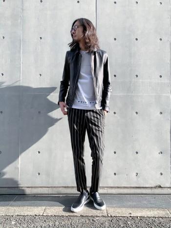 ブラック×ベージュのカラーが斬新なストライプスラックス。素材感も軽くさらっとドライタッチなので夏まで長く履けそうです。