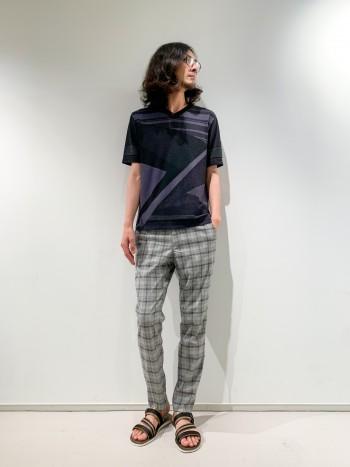 薄手で軽い清涼感のあるニットTシャツです。フロントとバックで柄を変えており、1枚で着てもデザインがしっかり出ます。