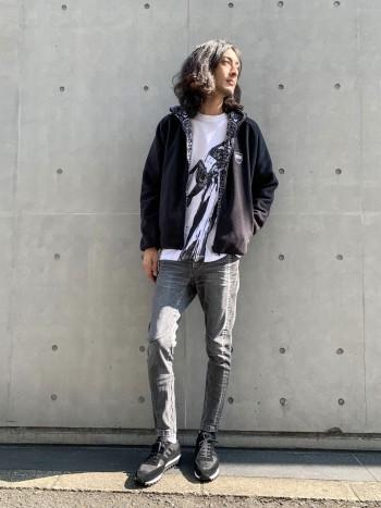 山下氏の個展「HOPE」を記念して、RYOHEI YAMASHITA × 5351POUR LES HOMMESコラボTシャツです。 アスリートや侍など人体フォルムとその情景をモチーフにした躍動感のある作品を、モノトーンでブランドらしくTシャツに落とし込んでいます。