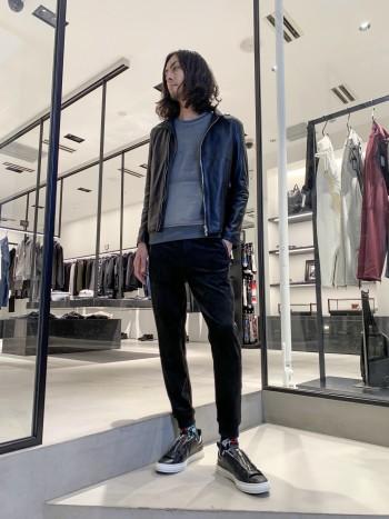 ヴィンテージバイカーズジャケットをベースにデザインされた、ブランド定番のライダースジャケットです。トルコ産のラムレザーをベースに、程良い張り感と柔らかさのある上質な仕上がりになっています。