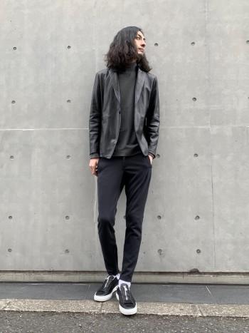 人気のスキニージョグシリーズの最新作。ポリエステル×コットン素材は履き着心地の良いソフトな風合いに仕上がっています。 綺麗なシルエットを出すために裾幅を絞っていますが、サイドジップでとても履きやすいです。