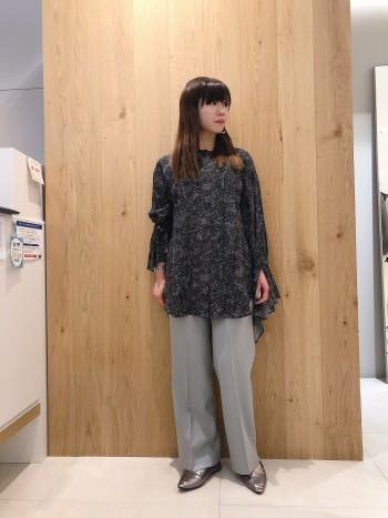 身長149cmの私でも丈詰めなしで着れるパンツです。フラットシューズで履いても◎ ワイドすぎないので履きやすいです。普段36サイズで、このパンツも36サイズを着用してます。
