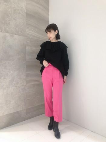 今回着用しているピンクは、発色も良く辛口のピンクで大人っぽくかっこいい印象です。 軽く滑らかな生地ですが、しっかりしていて裏地も付いているので長いシーズン着用可能です。 ストレッチも効いており動きやすいです。