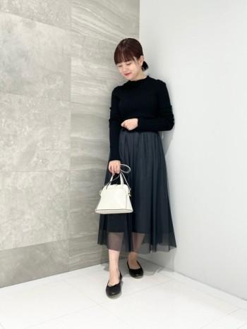 裾がとっても可愛いです。 袖丈、着丈どちらも長めですが細めなつくりなのでスッキリ着られます◎ ブラックとピンクは透け感はあまり気になりませんが、ベージュは透け感があるのでインナーを白にすると目立ちにくくなりました。
