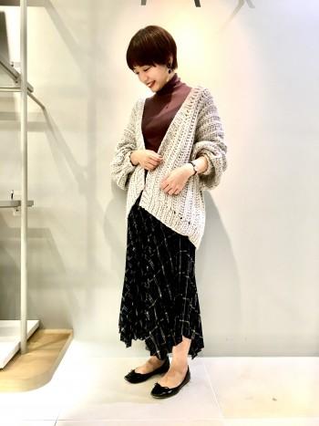 意外と軽くて着やすかったです! 着丈はお尻がすっぽり隠れて安心感があります。 畦編みなので重たくならないのが嬉しいです。