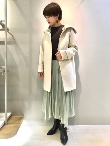 歩くとひらひらと揺れるシルエットがとてもかわいいです。 中にタイツを履けば真冬も履けそうです。 細かいギャザーがたくさん寄せてあって、腰回りも張って見えないので下半身が気になる方にも履きやすいスカートです。