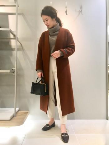 着丈が長く、パンツでもスカートでも合わせやすいです!厚手のニットを着ても羽織れるので真冬までお召いただけます♪