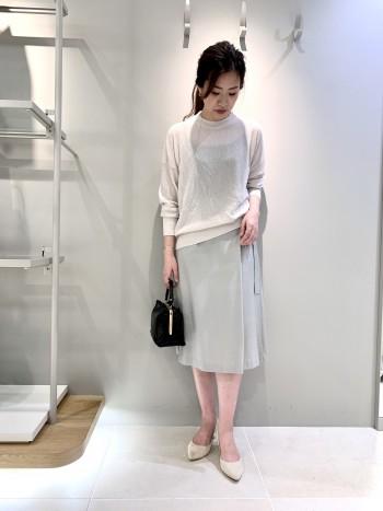綺麗目にも合わせられる生地感です。少しインして着ると膝丈スカートにもバランスが綺麗です。