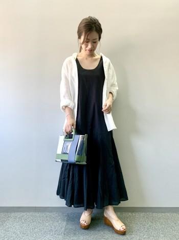 ストンと落ち感があり、裾にボリュームがでて綺麗なシルエットです。首元の開きもいやらしさがなくスッキリした印象です。ぺたんこのサンダルでも合わせられる丈です!