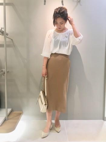 フリーサイズで、程よくゆったり感があります。丈はスカートならインスタイルがオススメです。長すぎないので、アウトで着てもお尻半分隠れるくらいです♪