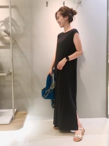フリーサイズで、身幅ゆったりめで、裾がフレアなシルエットです。丈は足首くらいでペタンコサンダルでも合わせられます。