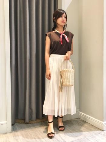 ウエストゴムで楽チンです!なのに、光沢感ある素材なので綺麗目する優秀スカートです♡ 色違いで持ってても、間違いないです