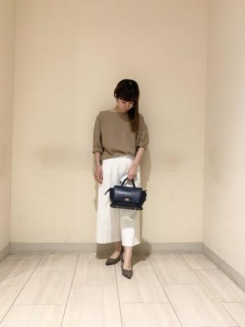 34サイズを着用しております。白ですが、インナーも透けにくいので安心して着て頂けます。ワイドすぎないので足さばきもとても良いです。