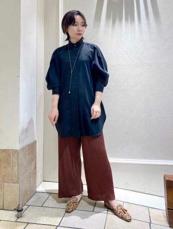 【タイのようなデザインがお洒落】 1枚着るだけでサマになりタイを下ろしたようなデザインがとても素敵です。肩にタックもあるのでオーバーシャツでも肩周りはスッキリして見えました。長さもヒップ周りはすっぽり隠してくれるので安心です。