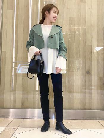 お袖がふわっと広がり綺麗です。 クシュっと握ってもシワにならないくらい、 しっかりした素材感。アイボリーはインナーやや透けますので、キャミソールは白をお勧め致します。