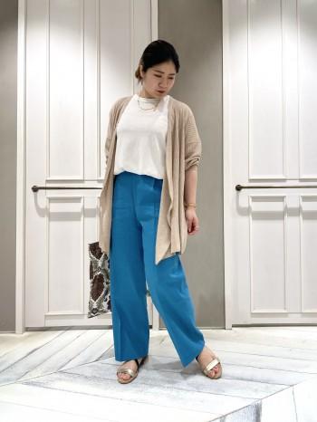 艶がある素材感なので大人の女性らしく上品に着れます! 丈感もミドルなので小柄な方でも長身の方でも安心です。