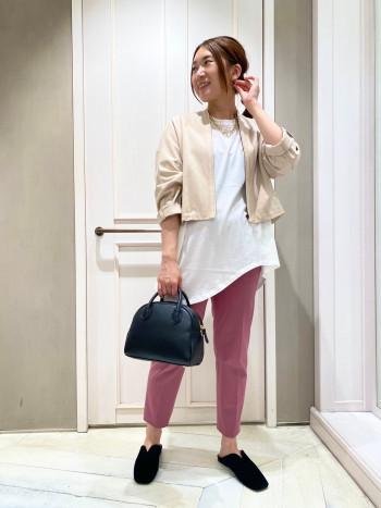 155cmで36サイズを着用。丈感もスッキリしているのでパンツやワンピースなどスタイルを選ばず使える万能デザインです★小柄さんにもオススメです!!