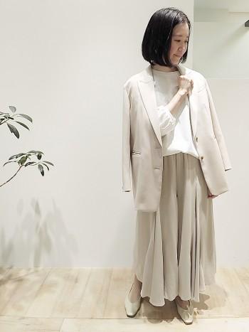 スカートを履いているようなシルエットのフレアパンツ。ランダムの裾が歩くと軽やかに動きキレイです。