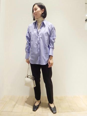 細い襟が特徴的なメンズライクシャツ。鮮やかなブルー色に惹きつけられます。シャツ一枚でもレイヤードでタートルニットでも◎着こなしが楽しめるシャツです。