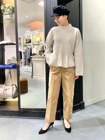 コットンパンツですが、ストレッチが効いているので柔らかく履きやすいパンツです! サイズはジャストでスッキリ履くのも良いですが、少しゆるっと履くのもいいと思います!