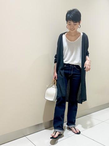 軽くてシワになりにくい!シアー感があり清涼感たっぷりな素材ですがしっかり強度があり、バッグの中に丸めて入れてもシワが気にならずそのまま着れました!袖周りにゆとりがあるのでハリのあるシャツでもするっと入り、軽く楽ちんな着心地です♪166cmで膝くらいの丈感、横にスリットがあるのでワイドでもワンピースでも合わせやすいです!本格的に暑くなってきて気になる紫外線も、UVカットで対策バッチリですね!