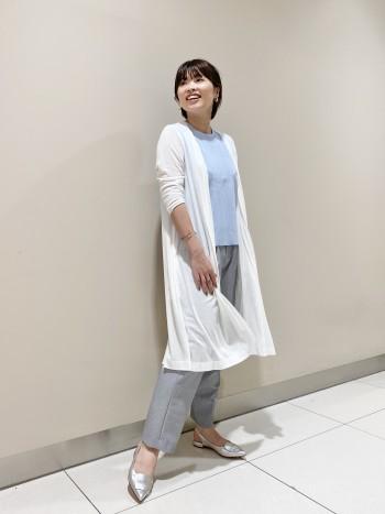 【ひんやり素材が気持ちいい】 クールタッチで夏でも快適な着心地で腕通しよく着られそうです。ストレッチもある素材なので、袖幅もタイト過ぎず程よい緩さでした!裾がフレアなデザインなのでワイドパンツやスカートとも相性◎