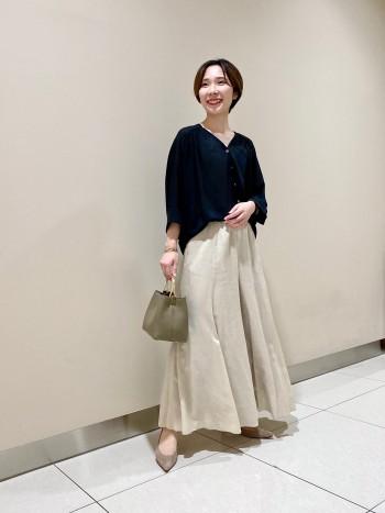 フワッと軽いワイドパンツ!! パンツなのにスカート見えして女性らしさを忘れさせない優秀パンツ⭐︎ 足捌きもよく動きやすいです! ベージュも明るすぎず着まわししやすい色味なのでコーディネートの幅が広がります♪ サイズ36で丈感もちょうど良かったです!!