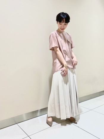 【女性らしさ出るパンツ!】 プリーツのようなデザインでスカート見えもするようなパンツ! ウエスト周りのデザインもスッキリしているのでINしても綺麗に穿いて頂けます!サイズは36で楽チンに穿いて頂けますよ