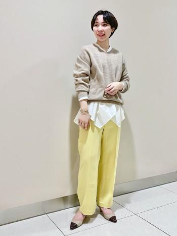 【1枚持って困らない便利ニット】柔らかいウール素材で1枚着でとても暖かいニットです。今回はインナーシャツと合わせました。重ね着してももたつくことなく動きやすく軽い機能性もありこの秋冬は重宝すること間違いなしです。普段暗めの色を着るので程よく明るいベージュを選択しました。