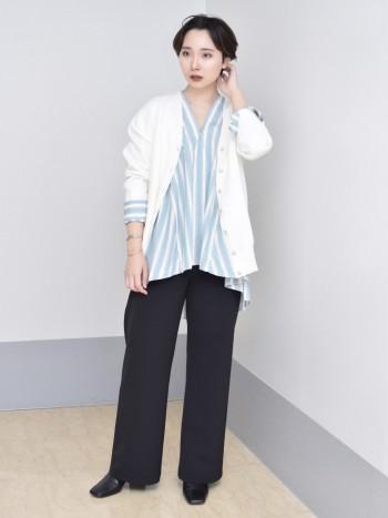 【着映え抜群シャツ】 ブルーのストライプシャツが冬のコーデを爽やかに仕上げてくれます!シンプルで切り替えデザインなので1枚着でも映えてコーディネートに困らないですね。ヒップ周りも綺麗に隠してくれるので嬉しいです。今回はカーデと合わせましたが、タートルネックをインナーとして合わせるとマニッシュな印象にもなり着回しもしやすい1枚です。