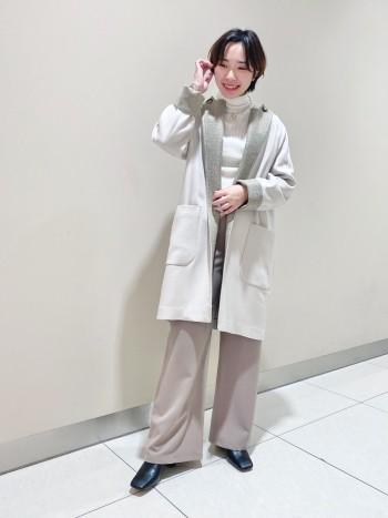 【襟元に拘ったコート】 襟デザインが主張しすぎない小柄なチェック柄なので、柄物を普段着ない方にも着やすいコートです。ラグラン袖で厚手のニットなど着てもスッキリと着れるところも嬉しいですね。丈感は156cmの身長で膝にかかるくらいで丁度いいです。