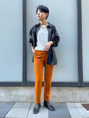 【スクエアトゥが可愛い!万能ブーツ】つま先の厚みが薄く、スクエアになっているデザイン。クッションもしっかり入っていてヒールも低いので足に負担も無く履きやすかったです!サイズは普段37で丁度良く履けましたが、同じ足サイズで甲高のスタッフは履く時にサイドゴアのゴム部分に苦戦していました。ダークブラウンは黒より優しい印象で合わせやすく、コーデに困らないので沢山履けそうです!