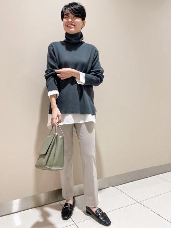 【絶妙カラーに惹かれる!】柔らかい素材で優しい印象のカーキは指し色になりつつ、秋の装いに馴染んでくれます!持ち手が華奢なのと、ぽってりしたシルエット、カードケースの付いたデザインがシンプルながらも一癖ありコーディネートが洗練された印象になります!長財布は縦に入るのと、斜め掛けできるショルダー付き、必要最低限は入るのでちょっとしたお出かけにも丁度良い大きさです♪