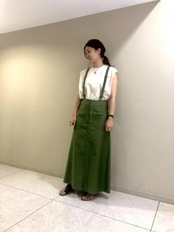 サロペットタイプのスカートで長さ調節も可能です。裾にスリットが入るので窮屈感なく足さばきもよく着て頂けます。