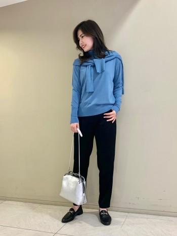 肩幅のあり、二の腕に厚みのある私でも編み方をセットインで切り替えているのでスッキリ見えます。丈は腰丈です。