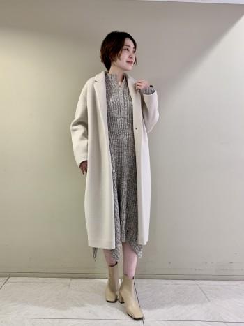【池袋西武店】ふんわりしっかりとした生地感で長さもあるコートなのに想像以上に軽いのが◎身幅はゆとりがありますが、裾にかけて少し細くなっているシルエットなのでもたつきなく着られます。