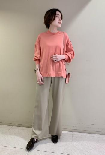 【池袋西武店】袖がふんわりとしたフォルムでベーシックすぎず着映えします。さらっとした素材なので春先も活躍できるのが◎