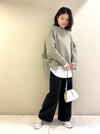 【池袋西武店】 どんなトップスとも合わせられる万能パンツ。緩すぎず細すぎないシルエットは足を綺麗に見せてくれます。